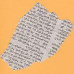 Ein Stück Zeitungspapier mit chaotischem Rand